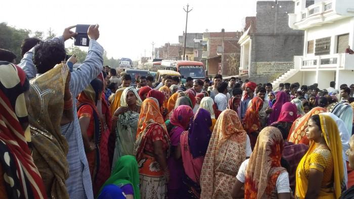 इंद्रागांधी राजकीय डिग्री कालेज के संविदा कर्मी की हादसे मे मौत मूवावजे के लिए परिजनों ने किया हंगामा