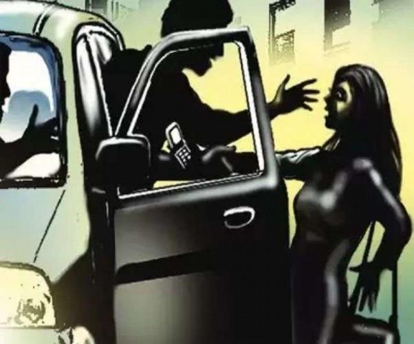 लखनऊ के आशियाना में ऑफिस से लौट रही युवती को बदमाशों ने कार में खींचा