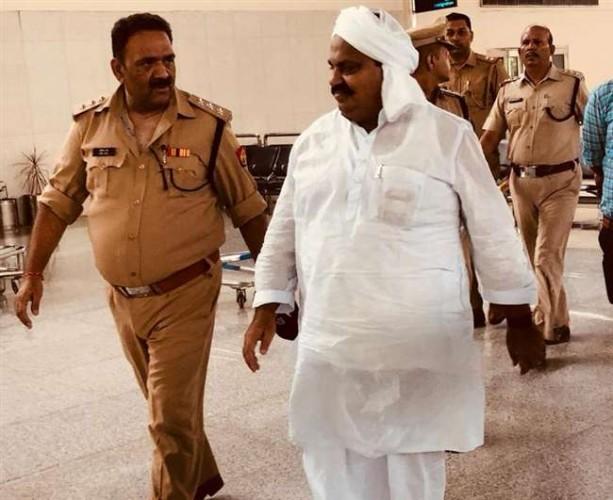 अतीक अहमद को कड़ी सुरक्षा में लाया गया एयरपोर्ट, भेजा गया अहमदाबाद