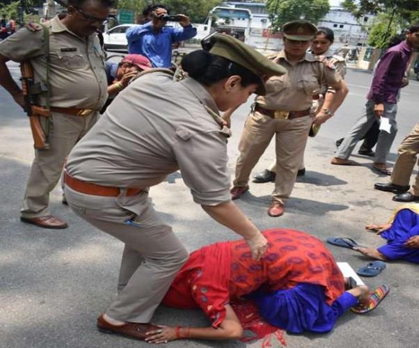 मेरठ मे लापता शनि के परिजनों ने किया कमिश्नर ऑफिस के सामने आत्मदाह का प्रयास