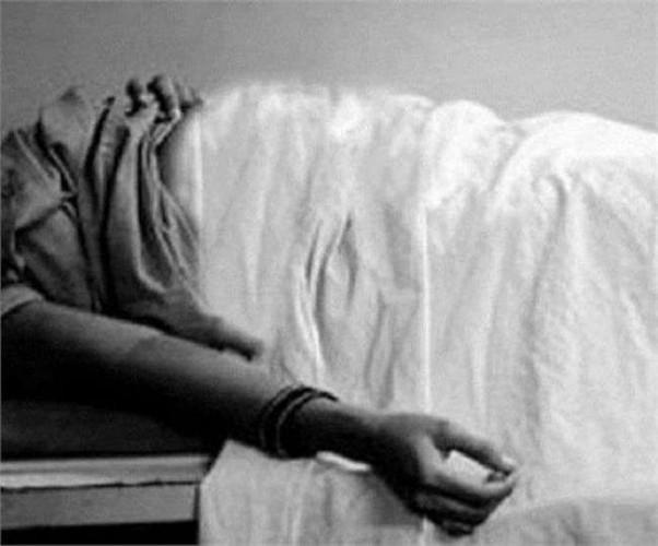 जिला गोरखपुर में कब्र से निकालकर पोस्टमार्टम के लिए भेजा गया महिला का शव