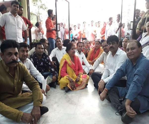 गाजियाबाद में घरने पर बैठी कांग्रेस की महिला पार्षद ने की आत्मदाह की कोशिश, मचा हड़कंप