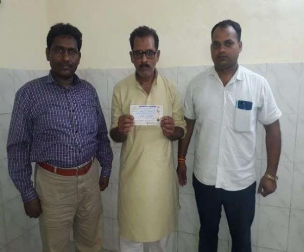 लखनऊ के डालीगंज रेलवे स्टेशन पर रेलवे टिकट काउंटर से एक टिकट दलाल को पकड़ा गया