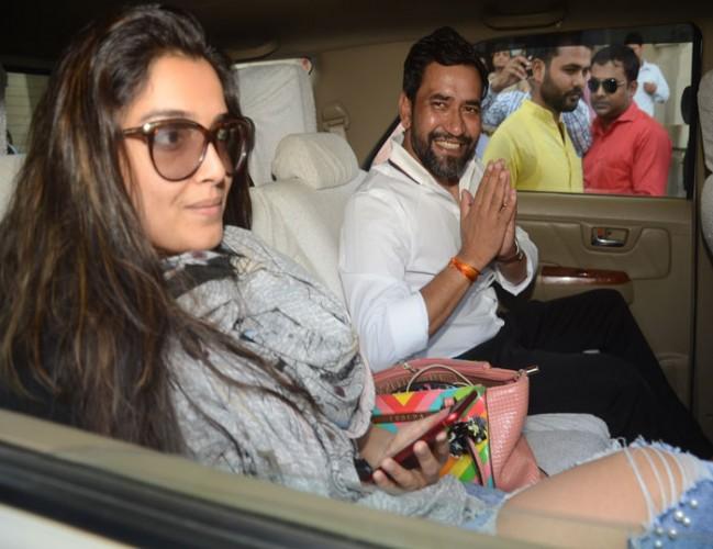 CM योगी आदित्यनाथ से मिले भोजपुरी फिल्म के स्टार निरहुआ अभिनेत्री आम्रपाली के साथ