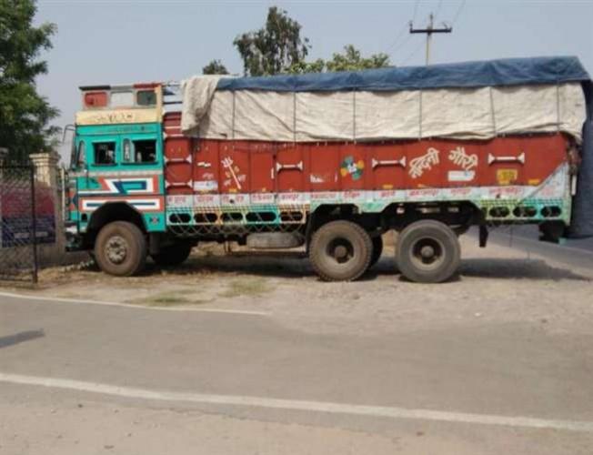 जौनपुर में पुलिस ने कब्जे में लिया नकली सीमेंट लदी ट्रक