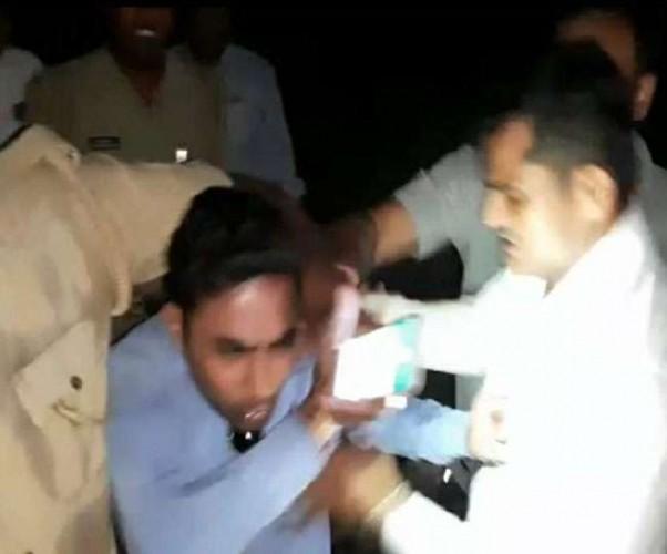 शामली मे मालगाड़ी हादसे की रिपोर्टिंग करने गए पत्रकार को जीआरपी इंस्पेक्टर व सिपाहियों ने पीटा
