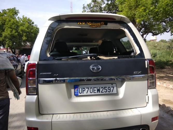 प्रयागराज मे पूर्व जिला पंचायत सदस्य की कार पर फायरिंग, निजी गनर जख्मी