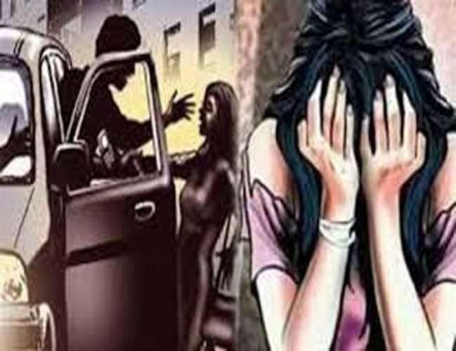 लखनऊ ले जाते समय रास्ते में कार सवार दो युवकों ने चलती गाड़ी में युवती के साथ सामूहिक दुष्कर्म किया हजरतगंज पुलिस ने आजमगढ़ भेजा