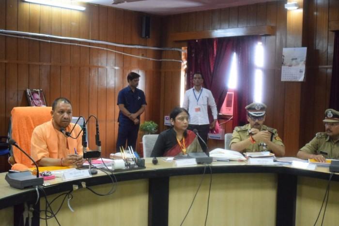 मुख्यमंत्री योगी आदित्यनाथ आजमगढ़ पहुंचे की विकास व कानून व्यवस्था की समीक्षा