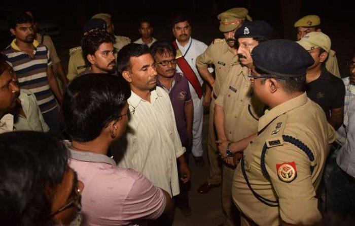 प्रयागराज मे साथी की हत्या के विरोध में वकीलों का कचहरी में प्रदर्शन