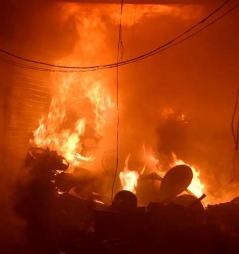 शाहगंज के इलेक्ट्रानिक मार्केट में भीषण आग 22 दुकानें जलीं