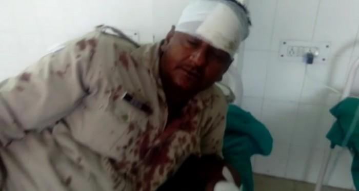 मथुरा यमुना एक्सप्रेस वे पर कैदी को लेकर जा रही पुलिस ने अज्ञात वाहन से टकराई कैदी सहित 12 पुलिसकर्मी हुए घायल