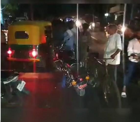 मथुरा में महिलाओ के साथ पुलिस वाला बता रौब दिखाना पड़ा भारी