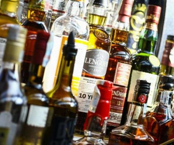 प्रयागराज फूलपुर में आरओ प्लांट में चल रही थी अवैध शराब फैक्ट्री
