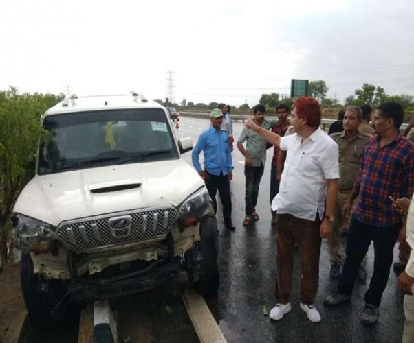 लखनऊ एक्सप्रेस वे पर पूर्व मंत्री के काफिलेे में शामिल कार हुई दुर्घटनाग्रस्त