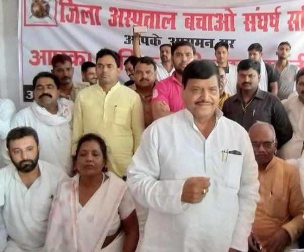 शिवपाल सिंह फीरोजाबाद जिला अस्पताल बचाओ संघर्ष समिति के समर्थन में उतरे