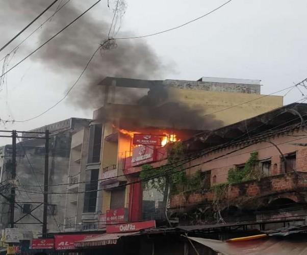 लखनऊ के अमीनाबाद मार्केट में अल बेक रेस्टोरेंट के किचन में लगी आग लपटों में दो लाख का नुकसान