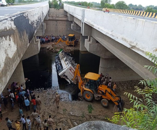यमुना एक्सप्रेस-वे पर दिल्ली जा रही बस पुल से नीचे गिरी, 29 की मौत
