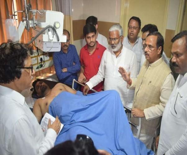 परिवहन मंत्री और डिप्टी सीएम डॉ दिनेश शर्मा ने जाना घायलों का हाल