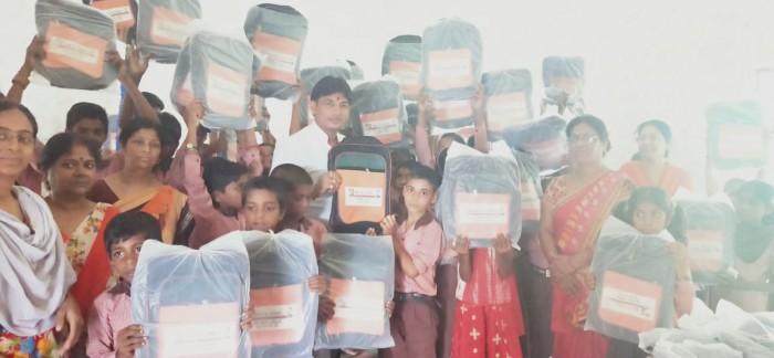 डेहवा मोहनलालगंज में ग्राम प्रधान डेहवा लवकुश यादव द्वारा 112  बच्चों को बैग वितरण किया गया