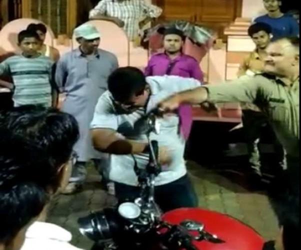 राजधानी में खाकी की दबंगई चौकी प्रभारी ने युवक को सरेराह पीटा, वीडियो वायरल होने के बाद SSP ने की कार्रवाई