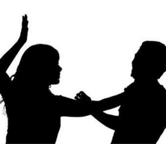 लखनऊ के बलरामपुर अस्पताल में भर्ती एक महिला की मौत पर बेटी ने गुस्से में डॉक्टर को थप्पड़ जड़ दिया