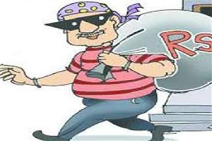 नगराम थाना क्षेत्र के अंतर्गत चोरों ने नकाब लगाकर लाखों के जेवर सहित पंद्रह हजार रुपए नगदी लेकर हुए फरार