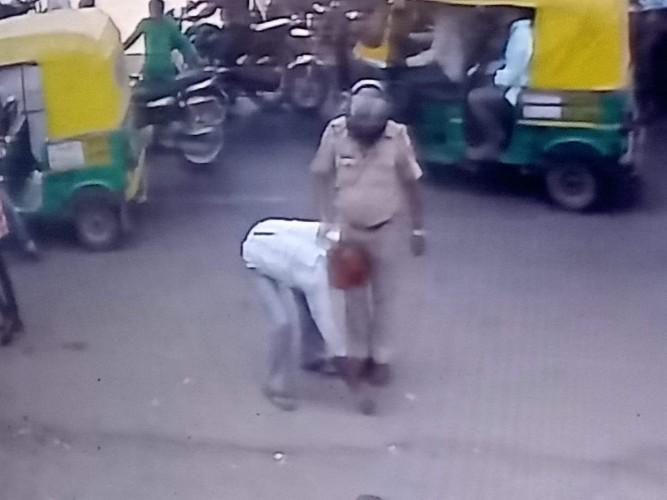 अस्थमा की विमारी से ग्रसित बुजुर्ग संग दरोगा द्वारा मारने पीटने व पैर छुआने के मामले में पीड़ित की शिकायत पर मुकदमा दर्ज