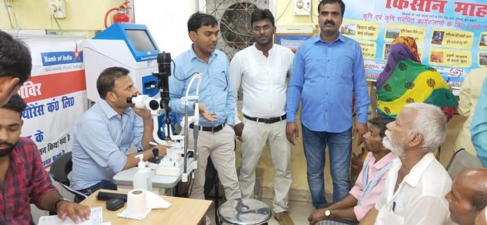 बैंक ऑफ इंडिया सिसेंडी में  राष्ट्रीयकरण के 50 वर्ष पूरा होने में किसानों का निशुल्क शिविर लगाकर नेत्र परीक्षण  किया