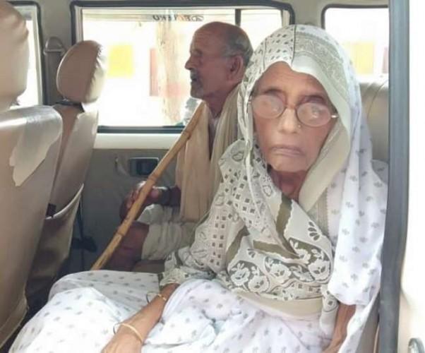 संतकबीर नगर जिले मे सरकारी कर्मचारियों ने 75 साल की एक जिंदा महिला को सरकारी अभिलेखों में मृत बता दिया