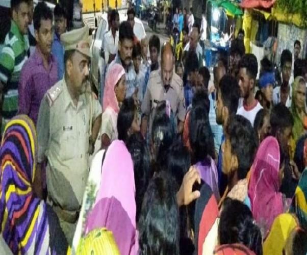 जिला गोरखपुर में चार लड़कियों से दुष्कर्म की कोशिश, विरोध में महिलाओं ने घेरा थाना
