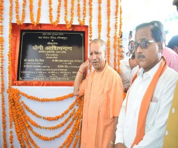 गोरखपुर मे मुख्यमंत्री योगी आदित्यनाथ ने कहा, चार लाख पटरी व्यवसायियों का होगा पुनर्वास