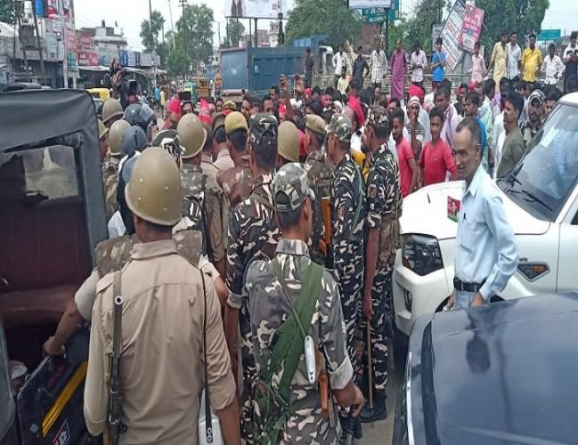 जिला रामपुर में प्रदर्शन में पहुंचने से पहले सपा के सांसद तथा कई विधायक गिरफ्तार, पुलिस में धक्का-मुक्की