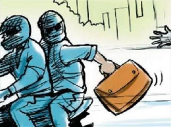 गोरखपुर के भोंपा बाजार में मुनीम को पिस्टल सटा 2.26 लाख लूटे