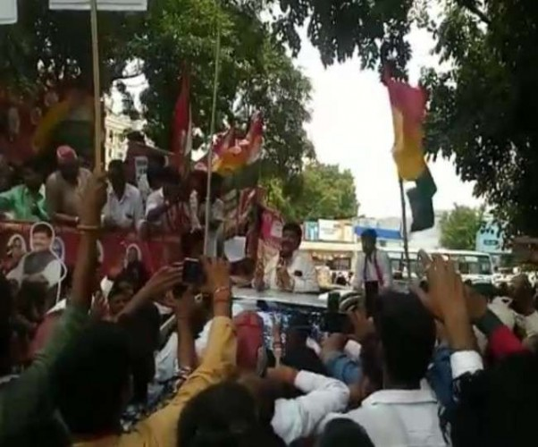 शिवपाल यादव ने बिगड़ती कानून व्यवस्था के खिलाफ खोला मोर्चा, कार्यकताओं संग किया प्रदर्शन