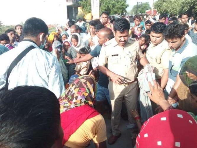 अलीगढ मे पुलिस के सामने वृद्ध को मारा पत्थर, मौत होने पर गुस्साए ग्रामीणों ने लगाया जाम