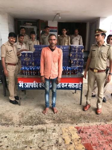 रात्रि बैरियर चैकिंग के दौरान थाना अकराबाद पुलिस द्वारा भारी मात्रा में शराब व होंडा सिटी कार सहित अभियुक्त गिरफ्तार