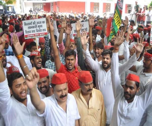 UP में ध्वस्त कानून व्यवस्था के खिलाफ सपा सड़कों पर, कई जिलों में पुलिस से टकराव
