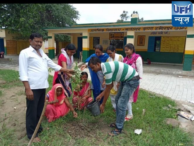प्राथमिक विद्यालय झलोखर में वृक्षारोपण का कार्यक्रम किया गया