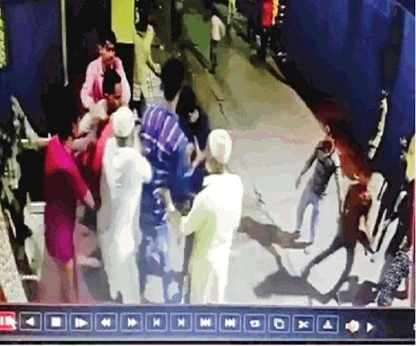 अलीगढ मे भाजपा का सदस्यता अभियान चलाने पर कुछ लोगों ने भाजपा नेत्री के पति की घर में घुसकर पीटा तोडफ़ोड़