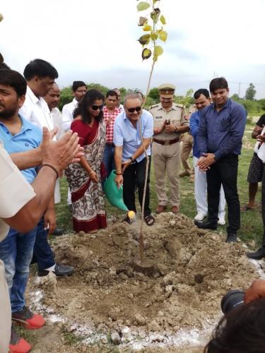 निगोहा क्षेत्र में वृक्षारोपण के महाकुंभ पर न्यायमूर्ति व उपजिलाधिकारी सहित अधिकारियों ने किया वृक्ष रोपड़