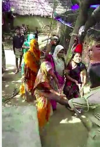 प्रतापगढ़ जिले मे महिलाओं ने दारोगा और होमगार्ड को दौड़ाया व लाठियों से पीटा, सात हिरासत में