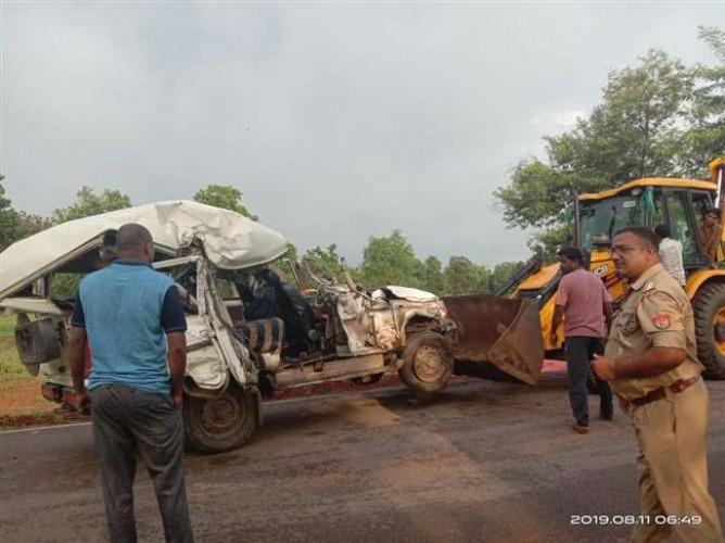 जिला सोनभद्र में ट्रक व बोलेरो की आमने सामने टक्कर में एक की मौत और नौ घायल