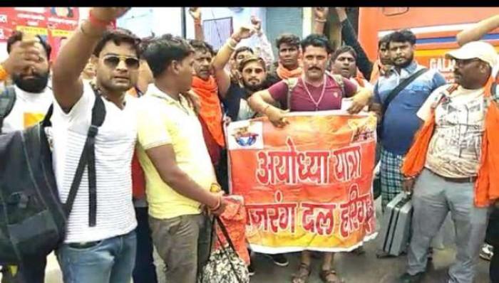 अलीगढ़ के बजरंग दल कार्यकर्ताओं को आगरा में रोका, सड़क पर किया हनुमान चालीसा का पाठ