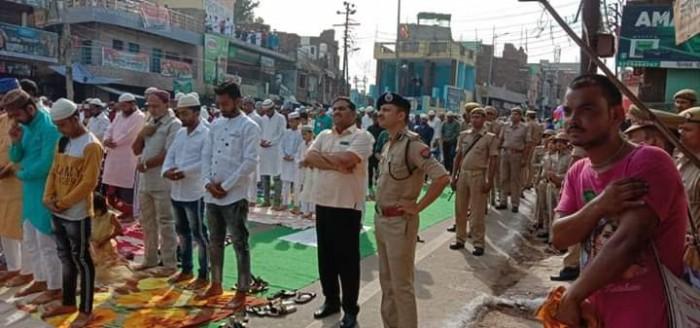 मथुरा डीएम,एसएसपी,एसपी सिटी ने ईदगाह में लोगो को दी बकरीद की मुबारक