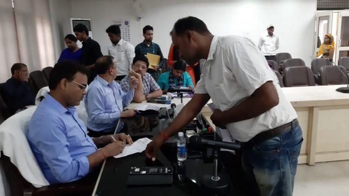 अलीगढ़ डीएम ने कलेक्ट्रेट स्थित नवीन सभागार में जनता दरबार में सुनी फरियादियों की समस्याएं