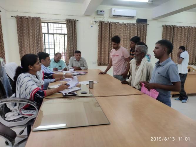 अलीगढ़ डीएम के निर्देश पर एसडीएम इगलास ने तहसील मुख्यालय पर जनता दरबार में सुनी फरियादियों की समस्याएं