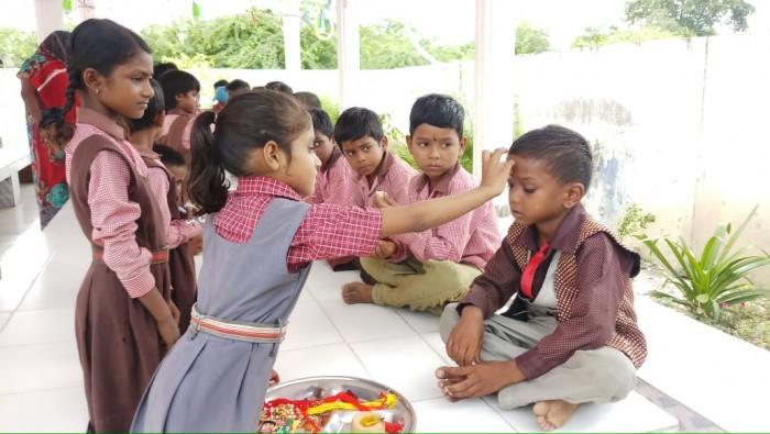 नगराम इलाके मे प्राथमिक विद्यालय में छात्र व छात्राओं ने मनाया रक्षाबंधन का पर्व