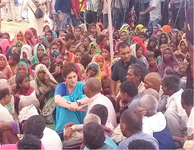 प्रियंका गांधी मे कहा सोनभद्र की घटना बहुत बड़ी, फिर भी पीड़ितों को किया जा रहा परेशान