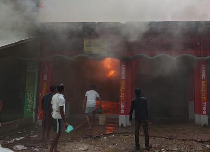 जिला आजमगढ़ में किराने की दुकान व गोदाम में लगी भीषण आग
